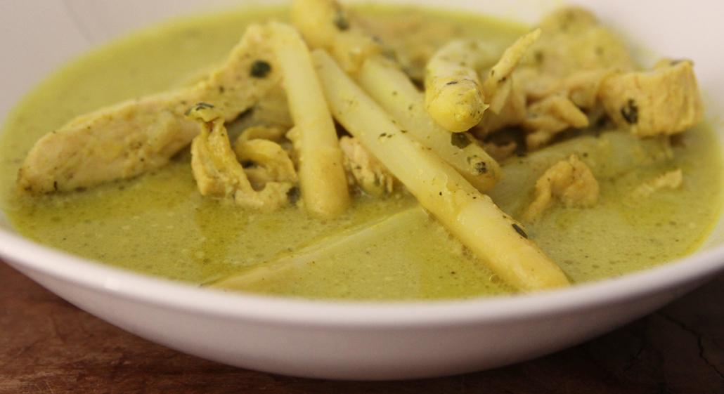 Pollo e asparagi al curry verde